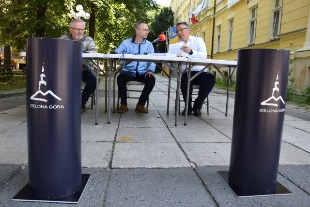 Od lewej: Andrzej Brachmański, Robert Rewak, Janusz Kubicki podczas podpisania umowy na budowę systemu słupków, który ograniczy wjazd aut na zielonogórski deptak.