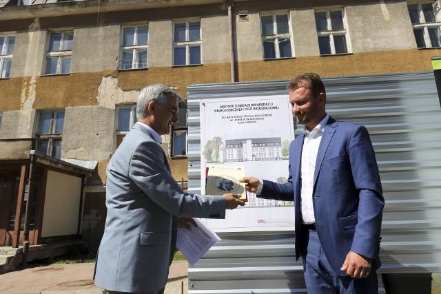 Na rozbudowę oddziału potrzeba ponad 13 mln zł. W Bogdan Dyjuk, członek zarządu województwa podlaskiego przekazał brakującą połowę tej kwoty Cezaremu Nowosielskiemu, dyrektorowi szpitala