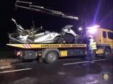 Śmiertelny wypadek w Konarzewie na drodze krajowej nr 15 - zginął kierowca BMW. Auto po uderzeniu w drzewo rozpadło się na dwie części