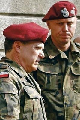 Nowy dowódca płk Bogdan Tworkowski (z lewej) i ustępujący dowódca gen. bryg. Andrzej Knap Fot. Piotr Subik