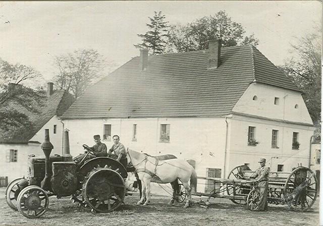 Tuż obok Radłowa w przysiółku Psurów był majątek ziemski. W latach 30. ubiegłego wieku do majątku sprowadzono inne techniczne cudeńko: traktor Lanzbulldog. Rolniczy buldog przetrwał zawieruchę wojenną i pracował na radłowskich polach jeszcze w 1947 roku, bo z tego czasu pochodzi zdjęcie, na którym widać niemiecki traktor.Dzisiaj traktora już nie ma, ale budynki stoją dalej. Na piętrze dawnej chlewni i w zamku są urządzone mieszkania.