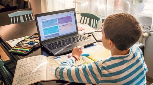 Po zamknięciu szkół wszyscy uczniowie w Polsce są skazani na naukę zdalną. Jeśli komuś nie wystarczają lekcje prowadzone przez własnych nauczycieli, może skorzystać z lekcji umieszczonych w serwisie YouTube.com. Zobacz przykładowe kanały, gdzie można znaleźć gotowe lekcje z języka polskiego, matematyki, historii, geografii, biologii, fizyki i chemii.Zobacz kanały z bezpłatnymi lekcjami online --->