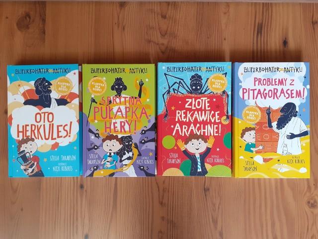 """Stella Tarakson, """"Oto Herkules!"""", """"Sprytna pułapka Hery!"""", """"Złote rękawice Arachne!"""", """"Problemy z Pitagorasem!"""", Wydawnictwo Tandem 2020 i 2021, ilustracje Nick Roberts, przekład: Marta Szelichowska"""