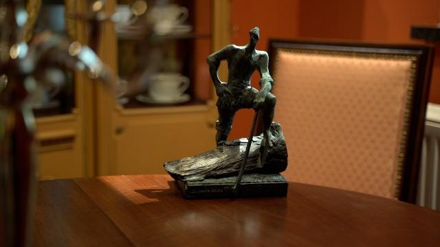 """Nagrodę Człowieka Roku wybiera Kapituła powołana przez organizatorów, """"Gazetę Lubuską"""" i spółkę SWISS KRONO. Laureat otrzymuje dyplom oraz honorową statuetkę przedstawiającą dumnego drwala – symbol mocy i odwagi."""
