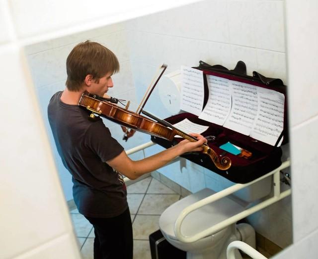 Młodzi muzycy wykorzystują każdą wolną przestrzeń – WC też