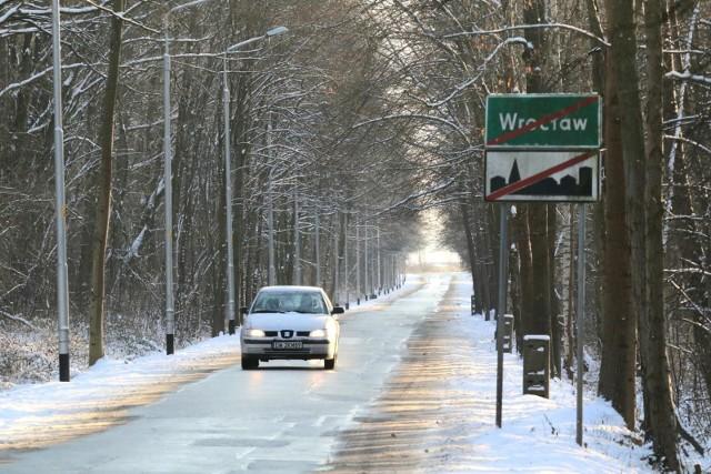 Powraca prawdziwie zimowa aura z temperaturami poniżej zera i opadami śniegu. I mowa nie tylko o terenach górskich Dolnego Śląska, ale także o Wrocławiu. W sobotę w mieście powinno zrobić się biało, a śnieg zacznie padać już w piątek wieczorem. Jest szansa, że zostanie z nami na kilka dni, bo temperatury obniżą się.SPRAWDŹ PROGNOZĘ - ILE ŚNIEGU I KIEDY SPADNIE - OSTRZEŻENIA METEOROLOGICZNE DLA WROCŁAWIA I DOLNEGO ŚLĄSKA - przejdź dalej przy pomocy strzałek lub gestów na smartfonie.