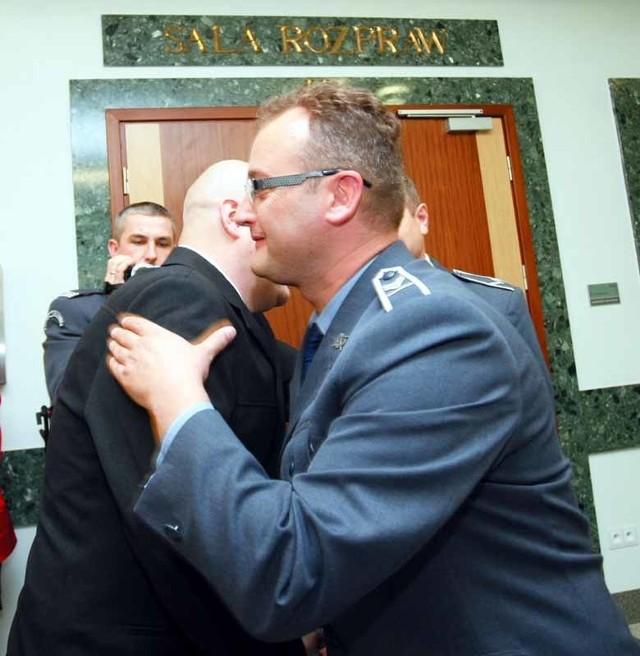 Po ogłoszeniu wyroku do Dariusza B. (z lewej) podchodzili koledzy i cieszyli się razem z nim, że został uniewinniony