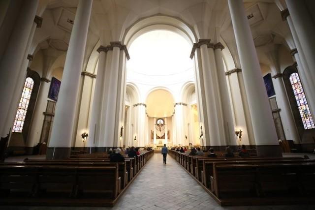 Według zaostrzonych wytycznych w kościołach będzie mogła przebywać najwyżej 1 osoba na każde 20 mkw. powierzchni.