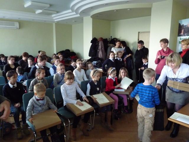 """W kategorii szkół zwyciężyła Niepubliczna SP """"Skrzydła"""". Jej uczniowie zebrali największą ilość makulatury - ponad 12 ton."""