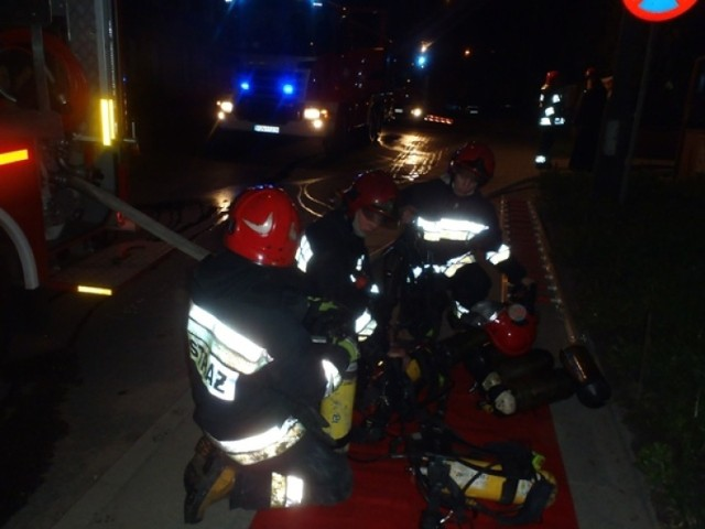 Nocny pożar w Gnieźnie gasiło kilka zastępów straży pożarnej