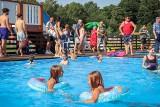 Lazurowa woda, świetna zabawa i tłumy mieszkańców! Baseny w Starogardzie Gdańskim już otwarte