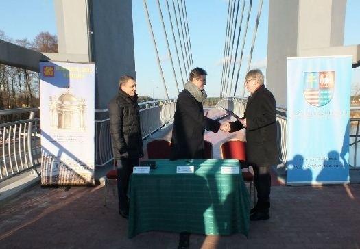 Uroczystość podpisania umowy odbyła się w Sielpi Wielkiej w województwie świętokrzyskim,na nowo wybudowanej kładce rowerowej,