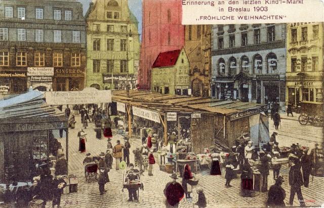 Wcale nie był mniejszy od tego współczesnego, a i tłumy które przewijały się między kramami były porównywalne do tych dzisiejszych. Tylko asortyment na stoiskach był nieco inny. Zobaczcie unikatowe zdjęcia wrocławskiego jarmarku bożonarodzeniowego z 1903 roku. Tak mieszkańcy naszego miasta szykowali się do świąt 117lat temu.