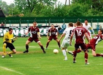 To był idealny początek dla Okocimskiego Brzesko. Za chwilę pierwszego gola zdobędzie Tomasz Ogar FOT. TADEUSZ KONIARZ