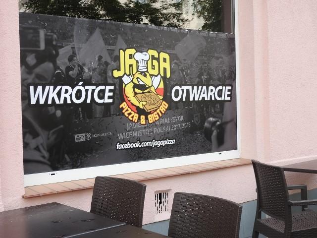 Praca wre! Telewizory się montują, bar zapełnia alkoholami, a na ścianach niedługo zawisną koszulki piłkarzy Jagiellonii. Jaga Pizza&Bistro przygotowuje się na wielkie otwarcie.