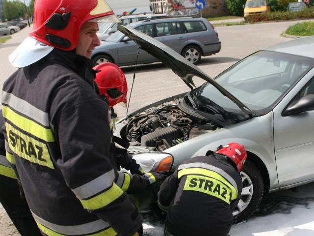 Strażacy zalali palące się elementy pianą gaśniczą i odpięli akumulator.