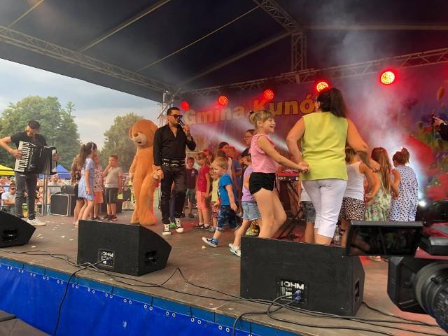 """Zespół Kordian, który był gwiazdą sobotniego festynu """"Bezpieczne wakacje"""" w Kunowie, rozbujał miejscową publiczność. Wcześniej na scenie zaprezentowały się doskonale znany w gminie i powiecie zespół śpiewaczy Kunowianie oraz strażacka orkiestra dęta. Zdjęcia z koncertu na kolejnych slajdach>>>"""