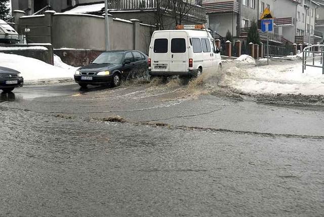 Pekla jedna z dwóch magistrali dostarczających miastu wode pitną. Woda zalala domy przy ul. Dwernickiego i zablokowal ul. Kozietulskiego.