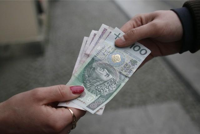 """Z najnowszego raportu Polskiego Instytutu Ekonomicznego dowiadujemy się, że już 1,4 mln  pracowników zatrudnionych na podstawie umowy o pracę pobiera część wynagrodzenia """"pod stołem"""""""