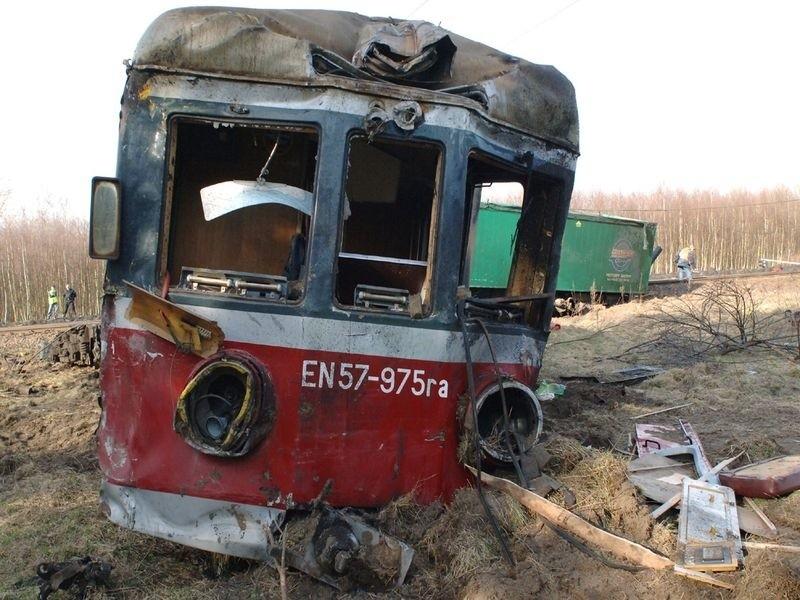 Pod Bialogardem zderzyl sie tir z pociągiem. W wypadku zginąl kierowca tira. Poszkodowanych zostalo co najmniej ponad 30 osób.