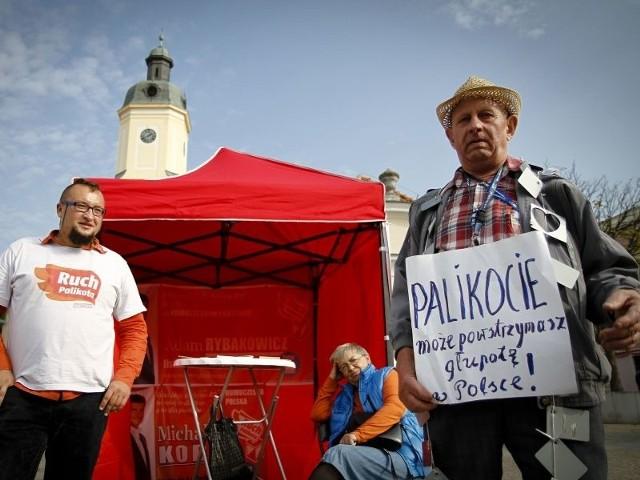Kandydatów Ruchu Palikota wsparł spontanicznie pan Aleksander (z prawej). Twierdził, że tylko partia Janusza Palikota może wygrać z dziwnymi rozwiązaniami, m.in. z płytkami metalowymi dołączanymi do listów.