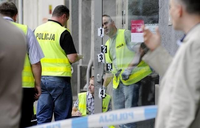30-latek usłyszał zarzut kradzieży z włamaniem. Odpowie on również za zniszczenie drzwi w innym sklepie w mieście.