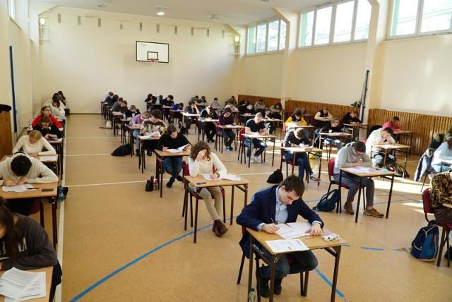Nowe zasady na maturze obowiązywać od wiosny 2023 roku. Ogłosiła je właśnie CKE. A tak wyglądała próbna matura w tym roku