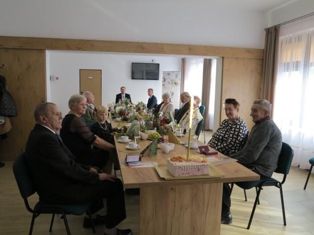 W Gminnej Bibliotece i Ośrodku Kultury w Borzytuchomiu, odbyła się uroczystość pełna wzruszeń i wspomnień- jubileusz 50 i 60 – lecia pożycia małżeńskiego jako wyraz uznania i podziękowania za wszystko, co jubilaci tworzyli i budowali jako małżeństwo.
