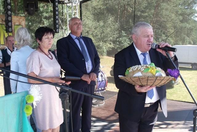 Dożynki gminy Ożarów w Lasocinie z dorodnym bochnem chleba