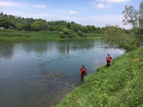 We wtorek około godz. 12, policjant po służbie idąc mostem im. Ryszarda Siwca w Przemyślu, zauważył płynące rzeką San ludzkie zwłoki.Na brzeg rzeki w okolicach Galerii Sanowa, zadysponowano dwa zastępy strażaków, patrol policji i załogę pogotowia ratunkowego. Strażacy wyciągnęli z wody zwłoki mężczyzny w kąpielówkach. Lekarz stwierdził zgon.- Na miejscu pracowała grupa dochodzeniowo-śledcza. Obecny był także prokurator. Trwają czynności zmierzające do ustalenie personaliów mężczyzny w wieku około 60 lat oraz okoliczności jego śmierci - powiedział podkom. Damian Brzyski z KMP w Przemyślu.