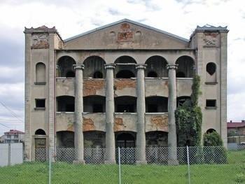 Jedna z czterech tras zaplanowana została w okolicach Tarnowa - od dworu w Łęgu Tarnowskim, poprzez Odporyszów, aż po Dąbrowę Tarnowską, gdzie znajduje się okazała synagoga (na zdjęciu).