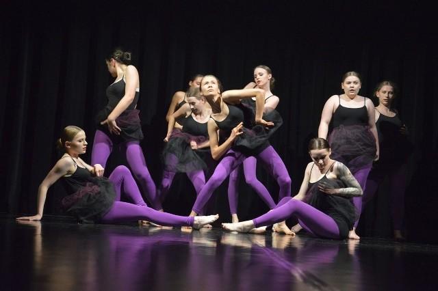 Tańczy zespół tańca nowoczesnego Pasja