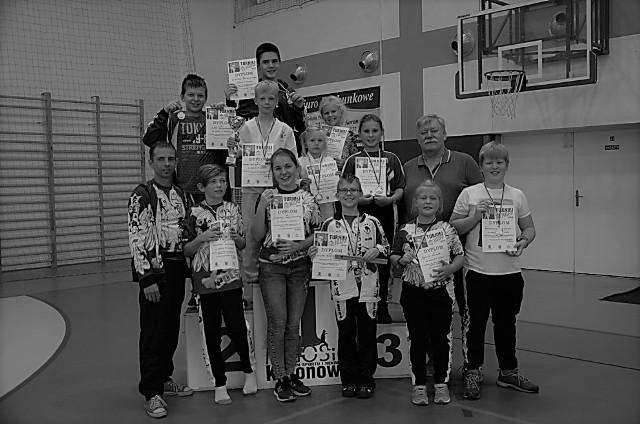 Trener Paweł Szwedziak ze swoją ukochaną młodzieżą (na zdjęciu razem z nim zawodnicy UKS Junior Lipno) na zawodach w Koronowie