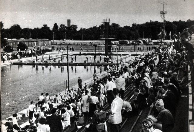 Basen Olimpijski zniknie, a działał długo po wojnie [ZDJĘCIA ARCHIWALNE]Przedwojenny basen na terenie Stadionu Olimpijskiego we Wrocławiu zniknie. Ma tu powstać nowoczesny akademik. Wszyscy znają to miejsce przede wszystkim ze starych, najczęściej przedwojennych zdjęć, ale mało kto pamięta, że można było tutaj się kąpać jeszcze w latach 80-tych XX wieku. Zobaczcie archiwalne zdjęcia tego obiektu, który wkrótce zniknie z mapy miasta.Lata 1960-63.WAŻNE! Do kolejnych zdjęć przejdziesz za pomocą gestów na telefonie lub strzałek.