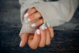 Paznokcie 2021: wzory i pomysły na krótkie i długie paznokcie. Które motywy paznokci będą hitem w 2021 roku? Inspiracje paznokciowe ZDJĘCIA