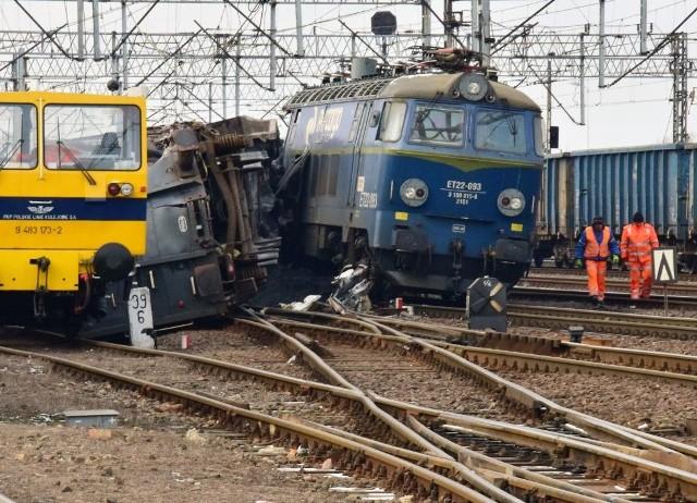 Dziś około godz. 2 w nocy na rozjeździe kolejowym w Inowrocławiu doszło do zderzenia bocznego dwóch pociągów towarowych z węglem. Nie ma na szczęście ofiar w ludziach. Są straty materialne. - Na skutek tego dwa wagony jednego ze składów wypadły z szyn, a jeden przewrócił się. Doszło do uszkodzenia sieci oświetleniowej i trakcyjnej. Na miejscu działa policja oraz komisja badania wypadków kolejowych - informuje asp. szt. Izabella Drobniecka z inowrocławskiej policji.Maszynistów sprawdzono pod kątem stanu trzeźwości. Wstępny wynik wykazał, że byli trzeźwi.- Od obu mężczyzn pobrano też krew do badań, które wykluczą obecność innych zakazanych  środków. W tej chwili gromadzone są informacje i dowody, by wyjaśnić co było przyczyną zdarzenia na kolei - dodaje Drobniecka.Więcej informacji z Inowrocławia na: www.pomorska.pl/inowrocaw;nfINFO Z POLSKI odc.22 - przegląd najciekawszych informacji ostatnich dni w kraju.