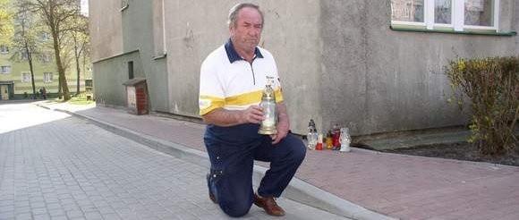 Stanisław Moniak, dziadek zmarłego Filipka przyszedł na miejsce tragedii, żeby zapalić znicz.
