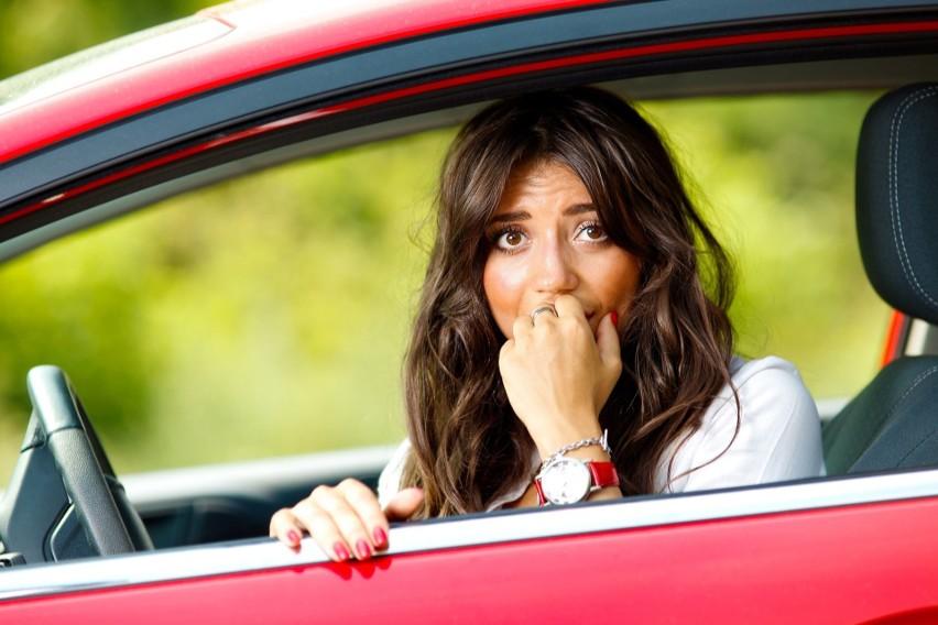 Kobieta nie umie parkowaćA jeszcze, żeby tyłem? Kawały, filmy i zdjęcia z żeńskiego parkowania - niestety dla płci pięknej - przyczyniają się do utrwalenia tego stereotypu.Przejdź do kolejnego slajdu --->