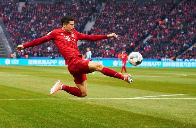 Teraz, gdy Robert Lewandowski jest na ustach całego piłkarskiego świata (no prawie, bo Francuzi jak zwykle mają ciekawsze tematy) po zdobyciu tytułu Piłkarza Roku FIFA tym bardziej warto przypomnieć, że niczego nie dostał za darmo, a  jego droga na szczyt nie była bynajmniej usłana różami. Dekada spędzona w Bundeslidze (najpierw w Borussii Dortmund, a potem w Bayernie Monachium) obfitowała w sukcesy, ale nie brakowało w niej również przykrych chwil. Kilka chcemy teraz przypomnieć. A skoro piszemy, że nie zawsze było z górki, zacząć wypada od złych wspomnień. Zatem:Zobacz kolejne zdjęcia. Przesuwaj zdjęcia w prawo - naciśnij strzałkę lub przycisk NASTĘPNE