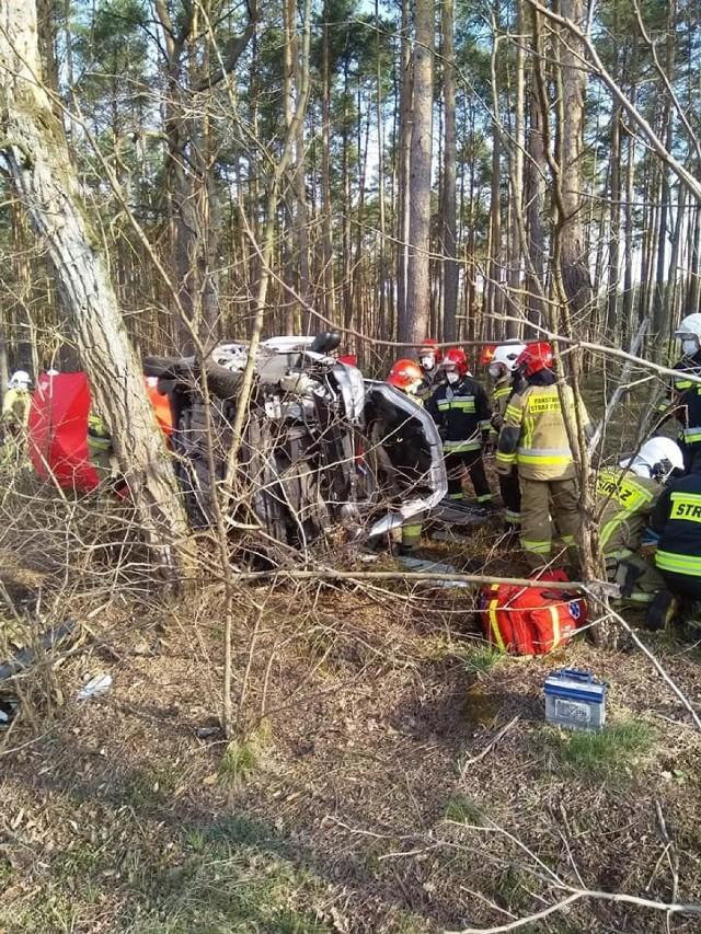 Do tragicznego w skutkach wypadku doszło dziś około godz. 8 rano między miejscowościami Szynkielów i Stolec. Jak informuje kpt. Grzegorz Kasprzyczak z wieluńskiej straży pożarnej, 44-letni kierowca samochodu osobowego uderzył w drzewo. Mężczyzna niestety zginął w wyniku zdarzenia.ZOBACZ ZDJĘCIA >>>>...