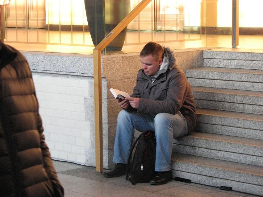 Czytanie książek na Dworcu Głównym we Wrocławiu