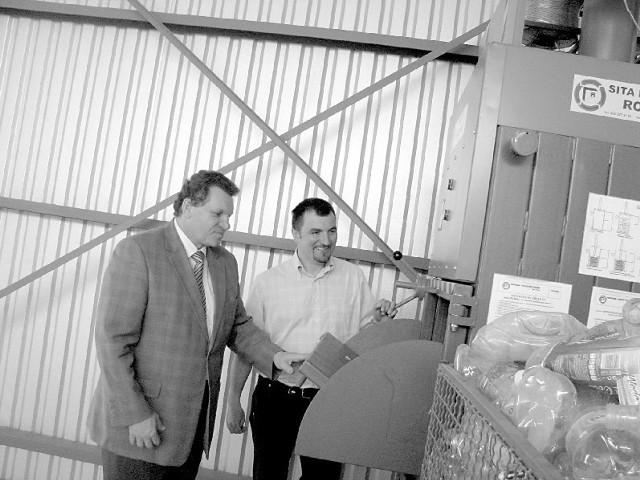 Joachim Wojtala, burmistrz Gogolina (z lewej) i Adam Mróz, kierownik wysypiska w nowej sortowni. (fot. Beata Szczerbaniewicz)