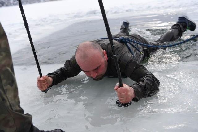 Podczas kursu żołnierze ćwiczyli umiejętności taktyczne, techniki poruszania się na nartach różnymi sposobami, a także pierwszą pomoc. W programie szkolenia były m.in. zajęcia z hipotermii, których celem było nauczenie żołnierzy samopomocy po wpadnięciu do zbiornika wodnego. - Po wskoczeniu do lodowatej wody, należało wydostać się na powierzchnię lodu i dotrzeć na brzeg. Następnie rozpalić ogień, przebrać się w suche ubranie i przygotować się do dalszego działania - opisują żołnierze. Po zajęciach z hipotermii nie było ciepłych pokoi i odpoczynku, tylko wymarsz w góry na nartach.