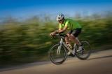 Jak bezpiecznie jeździć na rowerze i nie łamać obostrzeń związanych z pandemią COVID-19?