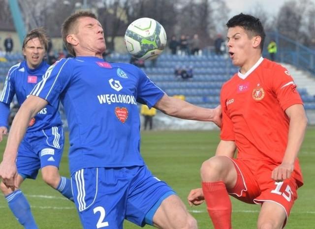 O piłkę walczy Mariusz Stępiński