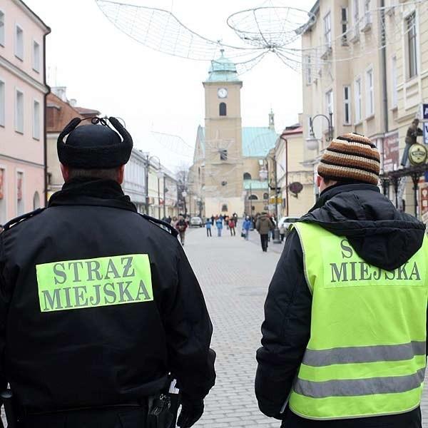 Od kilku dni rzeszowski deptak prawie przez cały dzień patrolują strażnicy miejscy.