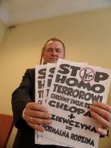 Stop homo terrorowi! Obraźliwe plakaty na przedszkolach w Rybniku. Afera gender trwa