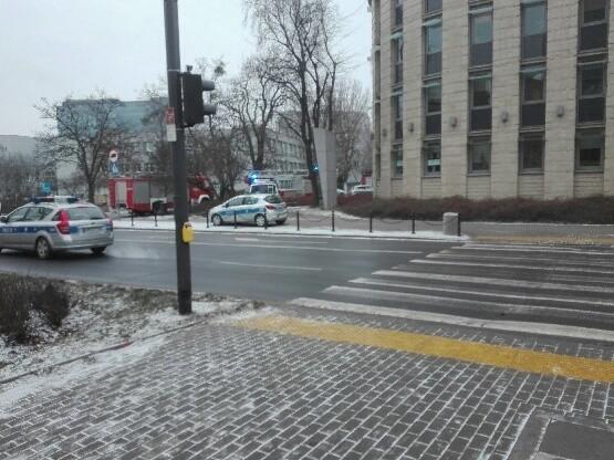 Kolejny alarm bombowy w Poznaniu. Tym razem po informacji przekazanej drogą mailową o podłożonej bombie w budynku prokuratury przy ul. Solnej.Przejdź do kolejnego zdjęcia --->