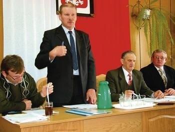 Od lewej: radni Krzysztof Konieczny i Zygmunt Zbień, Józef Dulewicz - przewodniczący RG i Apoloniusz Dulewski Fot. Zbigniew Wojtiuk