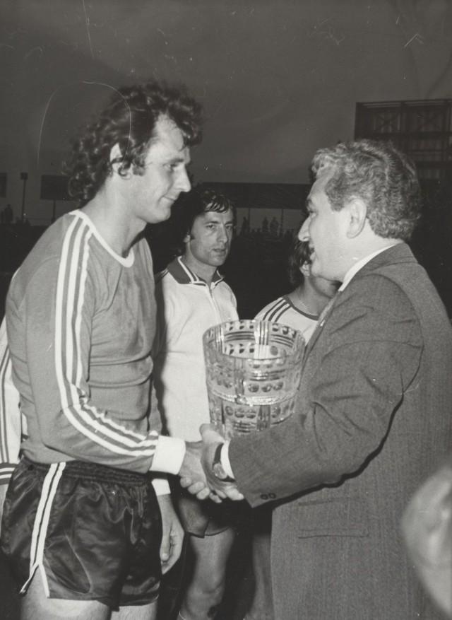 1978, pożegnanie Jana Tomaszewskiego z ŁKS. Puchar wręcza mu prezes Jan Morawiec, obok Mirosław Bulzacki